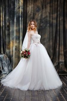Ritratto di bella sposa in abito da sposa