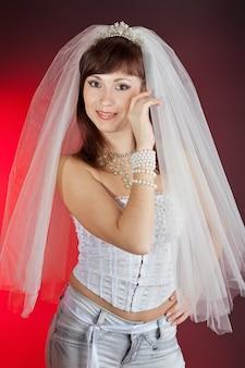 Ritratto di bella sposa nel velo e jeans