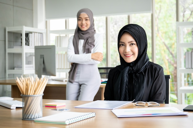 Ritratto di belle donne di affari asiatiche astute che lavorano nell'ufficio