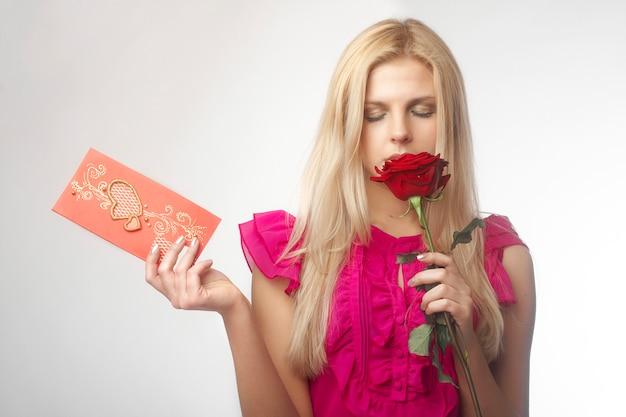 Ritratto di belle giovani donne con la rosa rossa