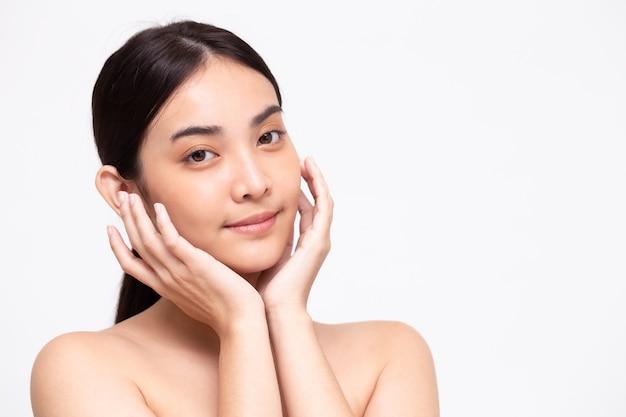 Ritratto di bellezza asiatica donna chiara sana perfetta pelle isolata sul muro bianco. concetto di cura della pelle trattamento viso clinica di bellezza