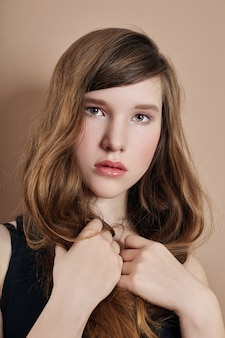 Ritratto di bellezza dei capelli lunghi di una ragazza