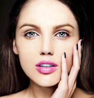 Ritratto di bellezza del primo piano look.glamor di alta moda di bello modello caucasico della giovane donna con trucco nudo con pelle pulita perfetta con le labbra rosa variopinte