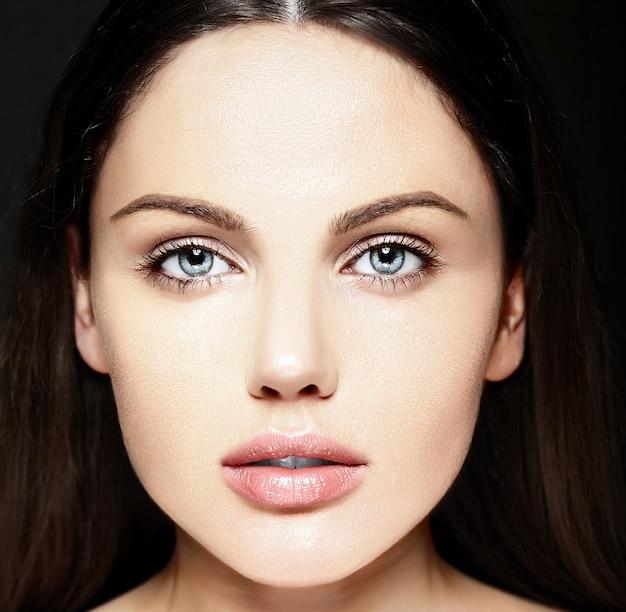 Ritratto di bellezza del primo piano look.glamor di alta moda di bello modello caucasico della giovane donna con trucco nudo con pelle pulita perfetta