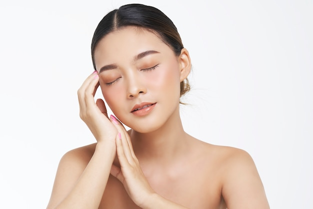 Ritratto di bellezza del volto femminile con la pelle naturale.