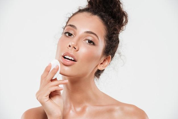 Ritratto di bellezza di una donna bruna sensuale