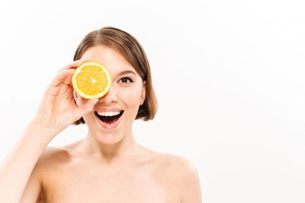 Ritratto di bellezza di una donna mezza nuda felice