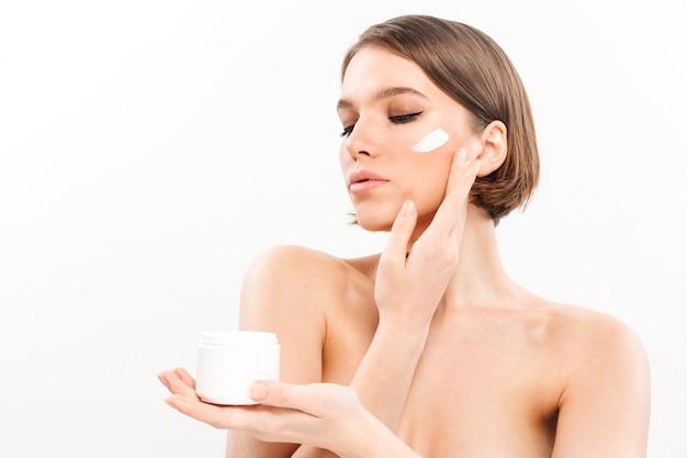 Ritratto di bellezza di una donna mezza nuda in buona salute