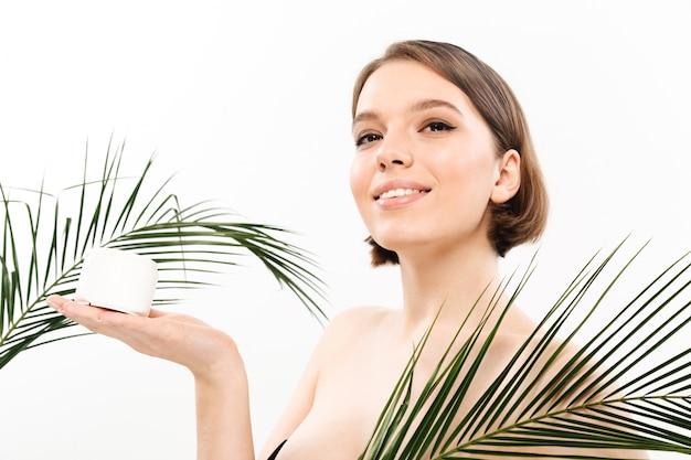 Ritratto di bellezza di una donna mezza nuda sorridente