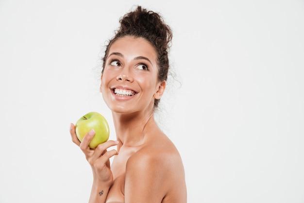 Ritratto di bellezza di una donna sorridente allegra con pelle morbida
