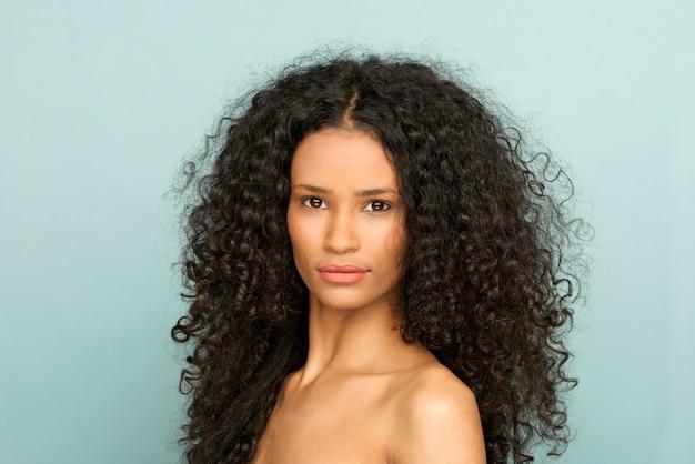 Ritratto di bellezza di una giovane donna di colore