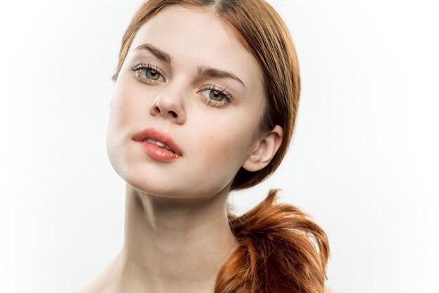 Ritratto di bellezza di una ragazza con trucco naturale viso nudo