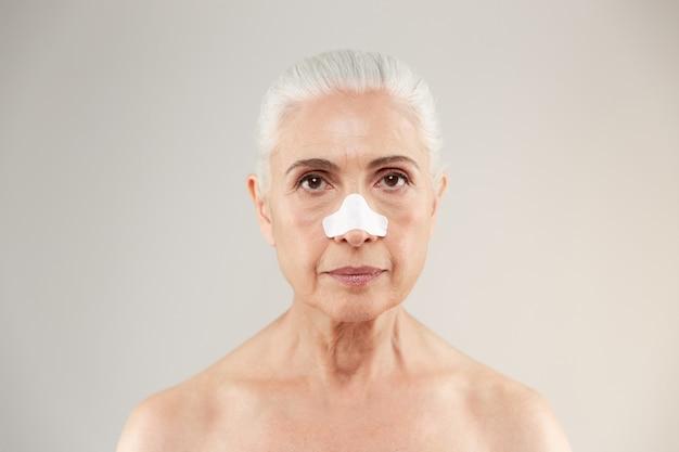 Ritratto di bellezza di una vecchia signora mezza nuda