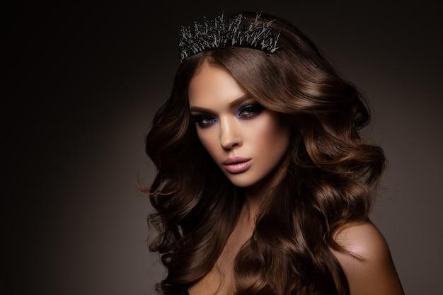 Ritratto di bellezza donna viso. bellissima modella ragazza con una pelle pulita fresca e perfetta