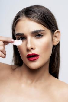 Ritratto di bellezza giovane e bella donna, cura della pelle del viso