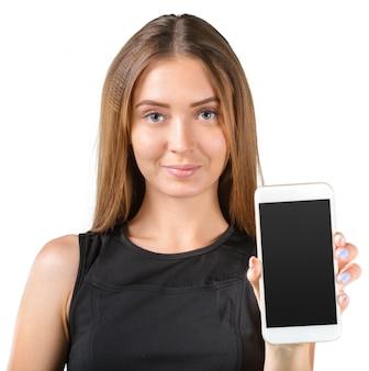 Ritratto di bello smartphone della tenuta della giovane donna