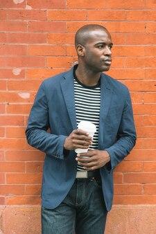 Ritratto di black guy holding coffee