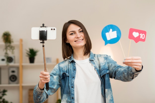 Ritratto di blogger che si registra a casa