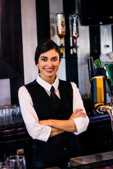 Ritratto di cameriera dietro il bancone in un bar