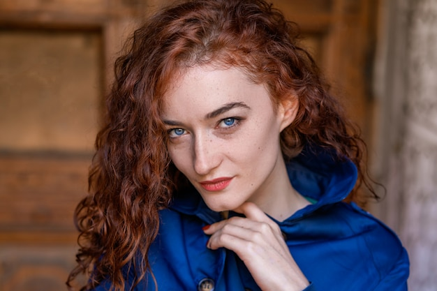 Ritratto di carina ragazza dai capelli rossi, capelli mossi e begli occhi