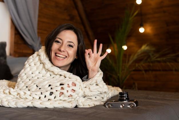Ritratto di carino giovane donna sorridente