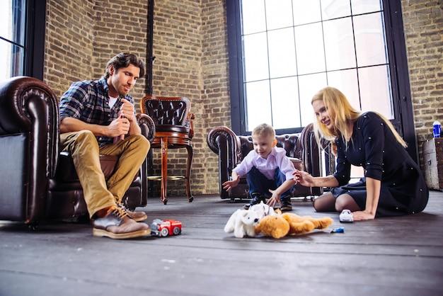 Ritratto di casa di famiglia. genitori e figlio trascorrono del tempo insieme