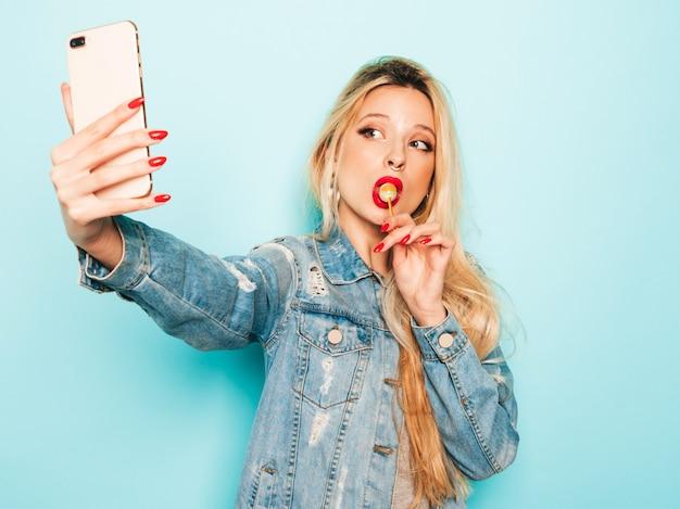 Ritratto di cattiva ragazza giovane e bella hipster in jeans alla moda vestiti estivi e orecchini nel naso