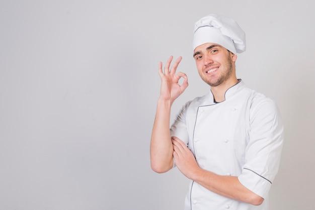 Ritratto di chef facendo gustoso gesto