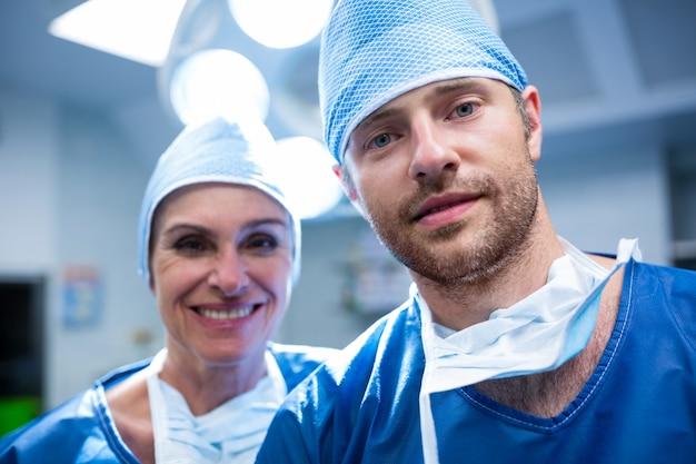 Ritratto di chirurghi in piedi in sala operatoria