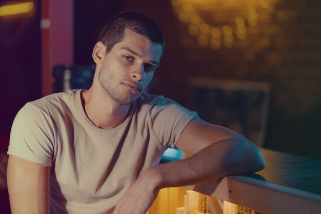Ritratto di close-up di attraente modello maschile. giovane uomo bello in un bar
