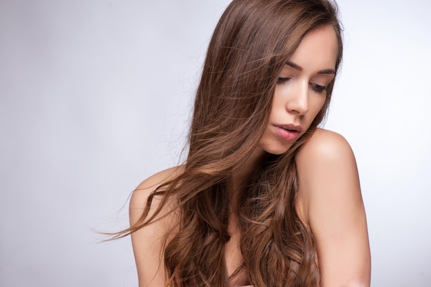 Ritratto di close-up di bella ragazza adolescente caucasica con sani capelli lunghi dritti