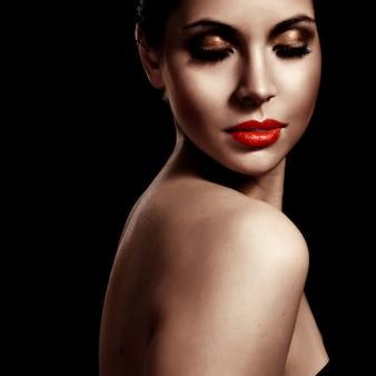 Ritratto di close-up di un modello di moda giovane fresca e bella