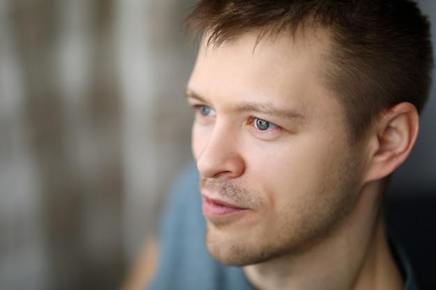 Ritratto di close-up nel profilo di un ragazzo normale