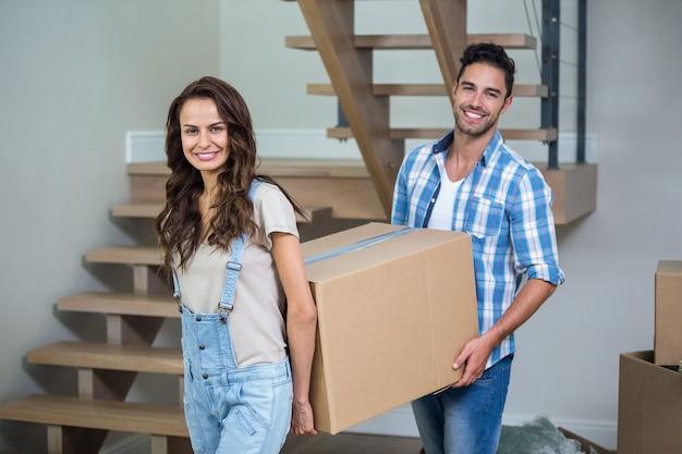 Ritratto di coppia allegra con scatole di cartone