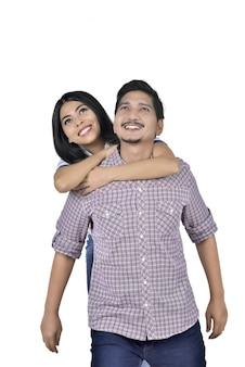 Ritratto di coppia asiatica in amore divertendosi