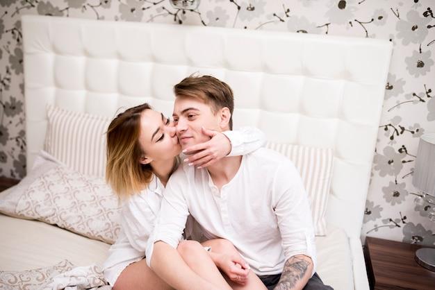 Ritratto di coppia felice a casa