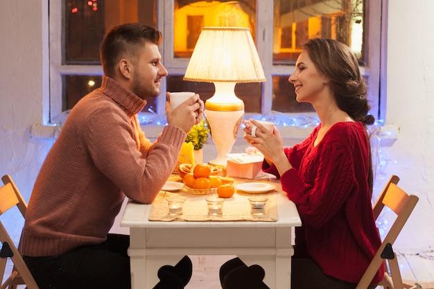 Ritratto di coppia romantica a cena di san valentino
