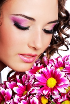 Ritratto di donna abbastanza giovane con crisantemo