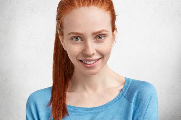 Ritratto di donna adorabile dai capelli rossi bella felice felice con espressione felice allegra, sorride volentieri