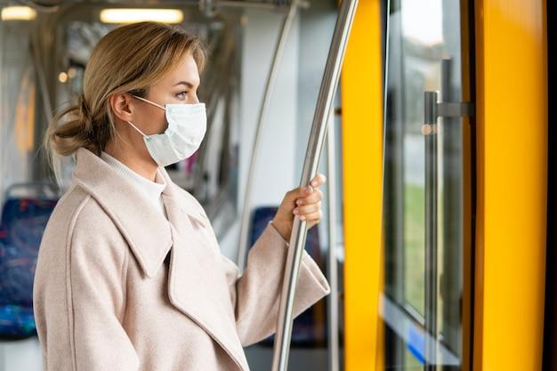 Ritratto di donna adulta che indossa una maschera chirurgica