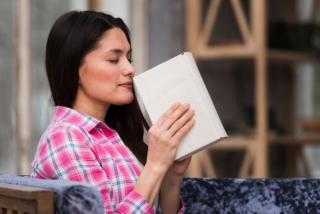 Ritratto di donna adulta innamorata del libro