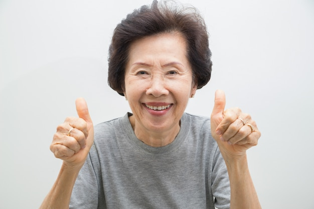 Ritratto di donna anziana felice con pollice in alto, smailing donne anziane