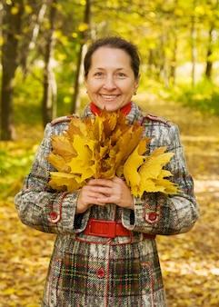Ritratto di donna anziana in autunno parco