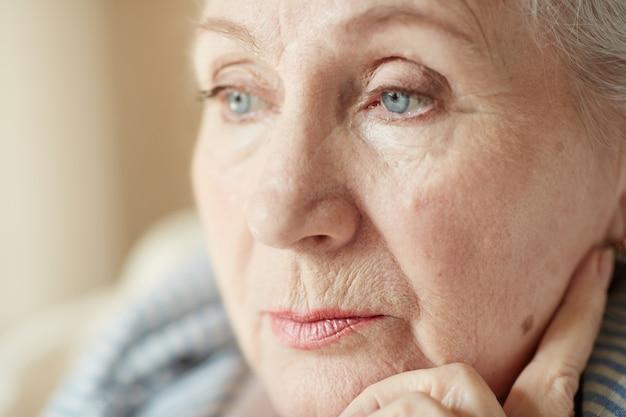 Ritratto di donna anziana pensierosa