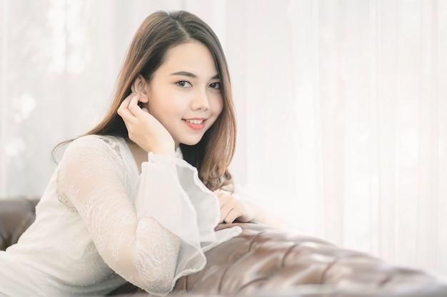Ritratto di donna asiatica attraente con bellezza pelle, capelli e viso.