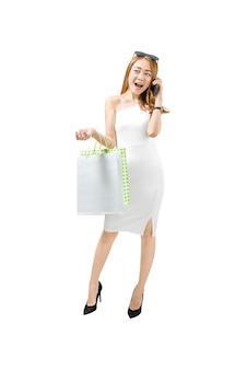 Ritratto di donna asiatica con telefono cellulare e borse della spesa