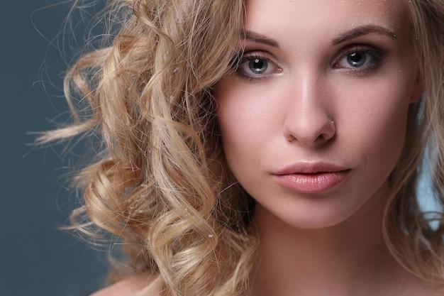 Ritratto di donna bella e attraente
