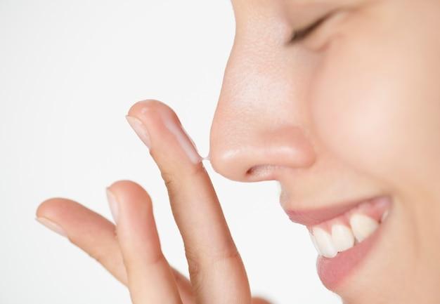 Ritratto di donna bianca facendo la sua routine quotidiana di cura della pelle