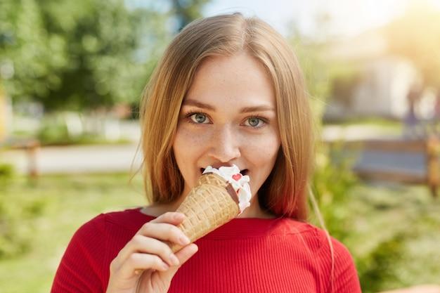 Ritratto di donna bionda attraente con caldi occhi brillanti