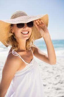 Ritratto di donna bionda con cappello di paglia